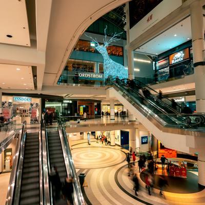 Desinfecção e limpeza de espaços comerciais para a reabertura do mercado na pandemia: