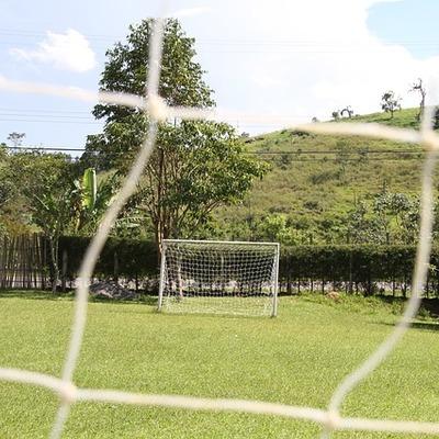 Instalar traves e rede em campo de futebol