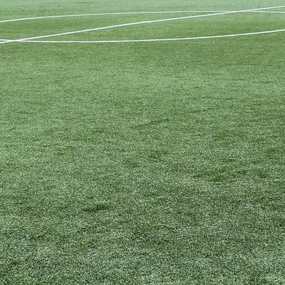 Aplicar revestimento no campo de futebol