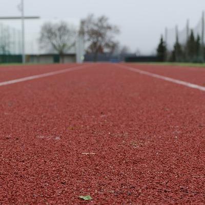 Construir pista de caminhada para instalações esportivas