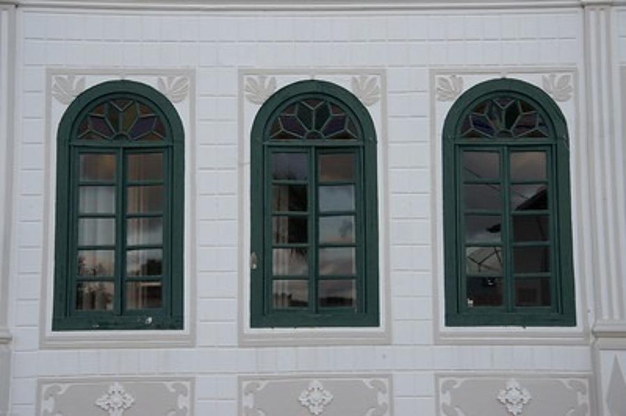 Qual o melhor: Acrílico, policarbonato ou vidro para janela? Conheça as opções e os preços: