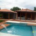 borda da piscina em deck de madeira