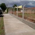 calçada e mureta e cerca de alambrado