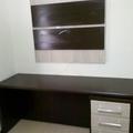 Escrivaninha com gaveteiro e painel para tv.