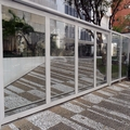 Fechamento em vidro temperado com alumínio.