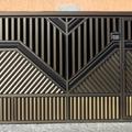 Portão automático em alumínio champanhe com detalhe em bronze e portão social incluso.