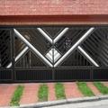 Portão automático em alumínio com portão social.