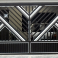 Portão automático em alumínio preto com detalhe brilhante.