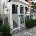 Portão social automático com alumínio e vidro temperado.
