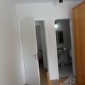 quarto portas e banheiro
