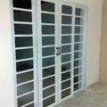 Troca e colocação de portas e janelas.