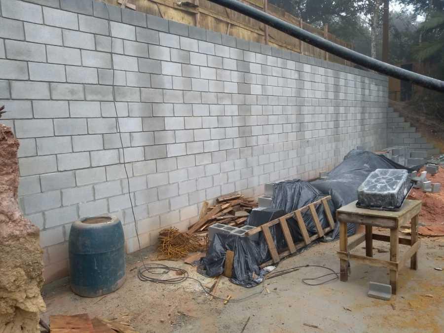 Muro com blocos estruturais e grauteamento.