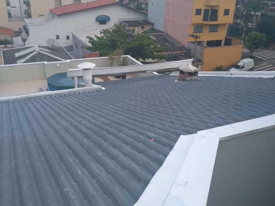Cobertura com telhas de pvc.