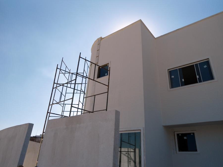 Fachada lateralda edificação bifamiliar