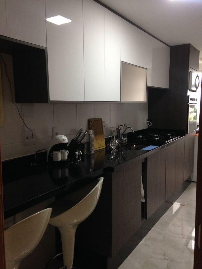 Cozinha planejada com lavanderia integrada