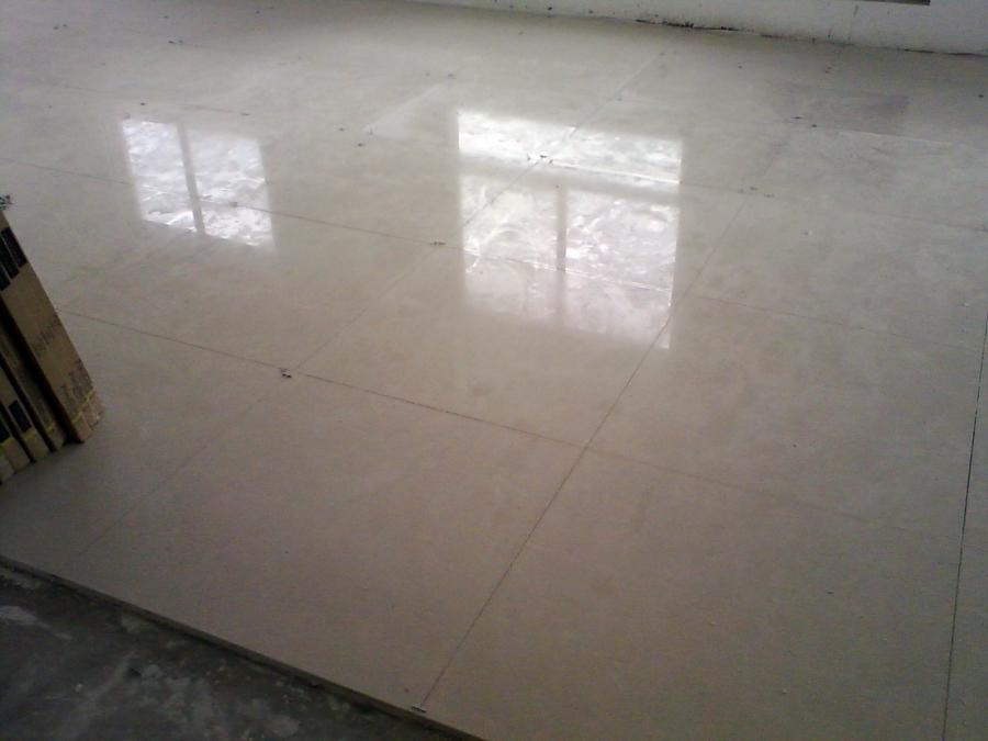 sala ampriada com porcelanato 80x80 pulido 50 metro quadrado