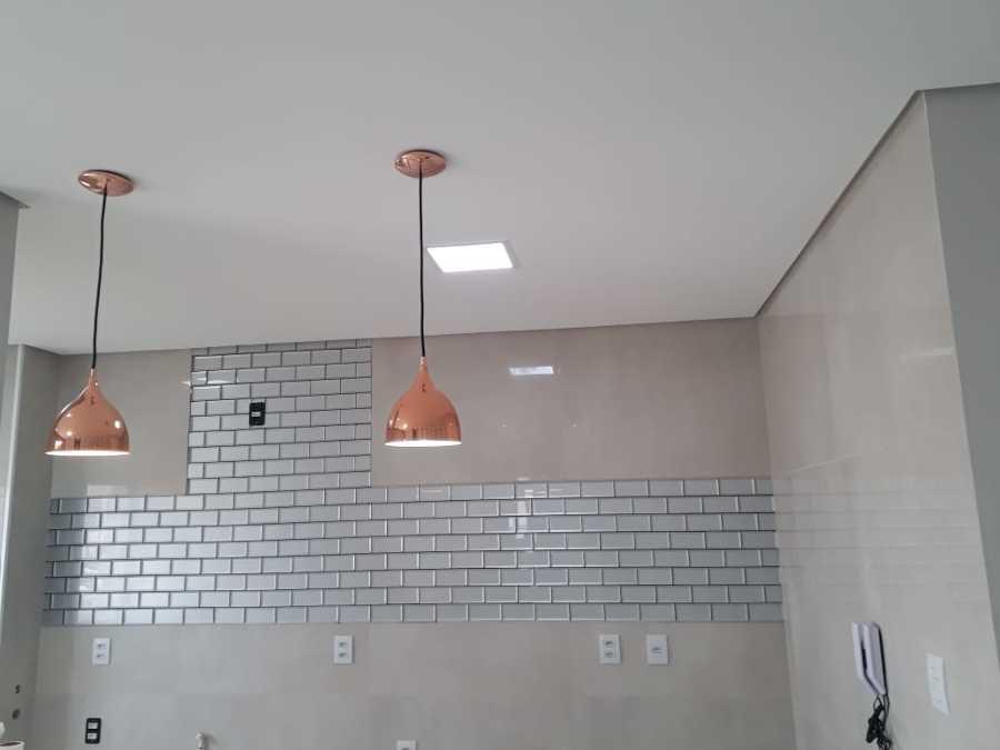 Colocação  de  revestimento  em porcelanato  e  partilha  de  vidro  pintura  e forro  e  parte  de iluminação