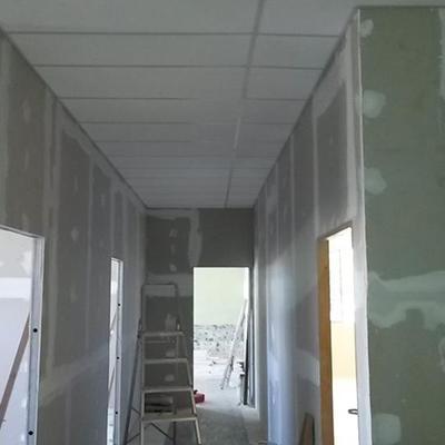 Forro de isopor e divisórias de drywall