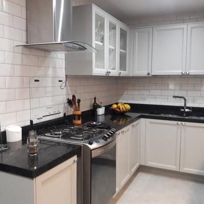 bancada de cozinha preta com detalhes em verde