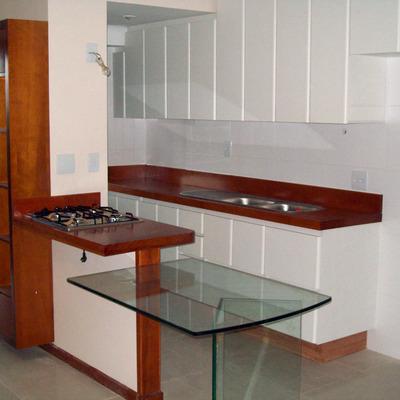 Cozinha maciça detalhada