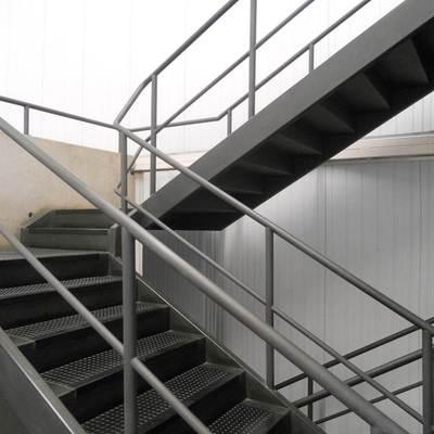 escada de ferro com corrimão