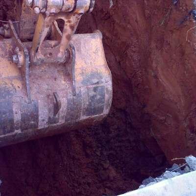 Escavação, revestimento e montagem de fossas e filtro anaeróbio.