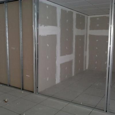 Estruturação de divisória em drywall e fechamento