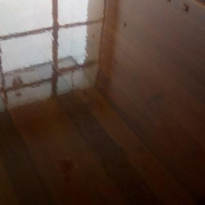 Sinteko com a acabamento em verniz de poliuretano de alta resistência e brilho