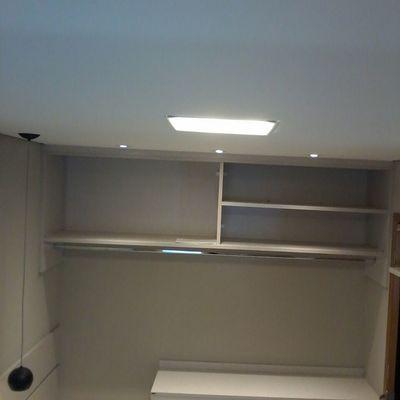 Rebaixameto de teto, iluminação e moveis planejados.