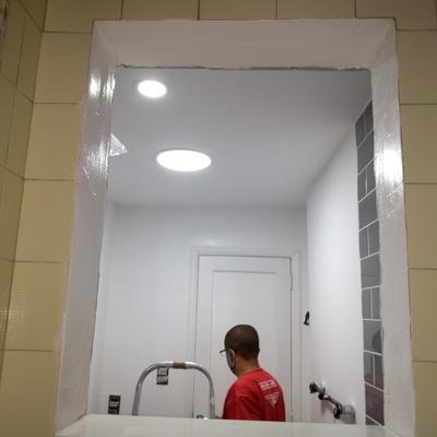 banheiro com recuperaçao de gesso e iluminaçao