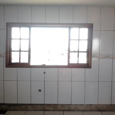 janela cozinha de madeira