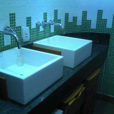lavatório com cuba de apoio em mármore verde Guatemala