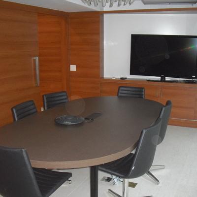 Mesa de reunião e divisórias