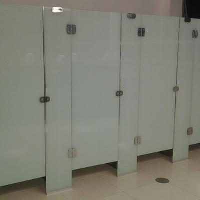 Portas com divisórias de  vidros em banheiro