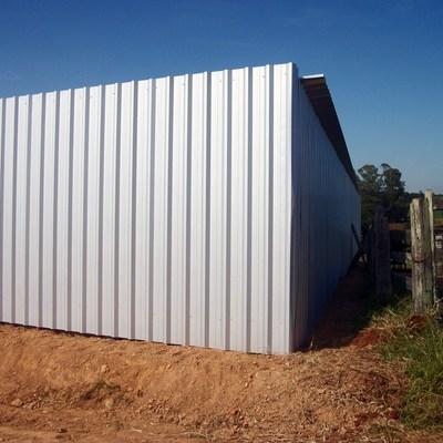 telhas da cobertura e fechamento instaladas( vista fundo)