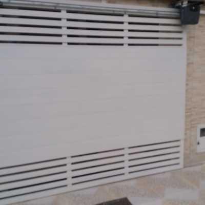 Reforma com fabricação, fornecimento e instalação de portão de alumínio