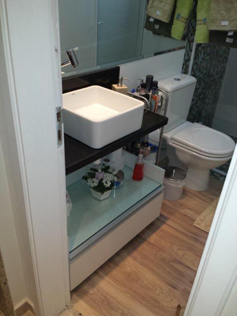 Gabinete de banheiro com vidro.