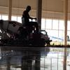 Polir piso de quadra de volei