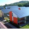 Instalar painéis solares para aquecer água e produzir energia elétrica