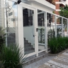 Portão basculante composto com alumínio tipo veneziana ventilada  e vidro