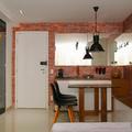 Área de jantar com móvel multiuso, laca branca acetinada com madeira  Carvallho Noce