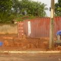 Construçao de muro de alvenaria chapiscado.