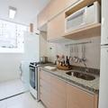 Cozinha com portas basculante agregada a lavanderia