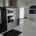Cozinha em Formica Alumínio Escovado, e integração com a sala home em laca