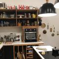 Detalhe de forno elétrico com prateleiras