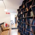 Hall da escada transformado em biblioteca