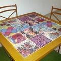 Mesa em madeira e azulejos
