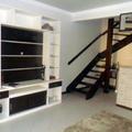 Sala de estar. Com estante fabricada de acordo com o cliente.