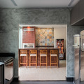 Vista da cozinha para o espaço gourmet