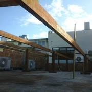 Fase inicial de montagem da estrutura de madeira e alvenaria